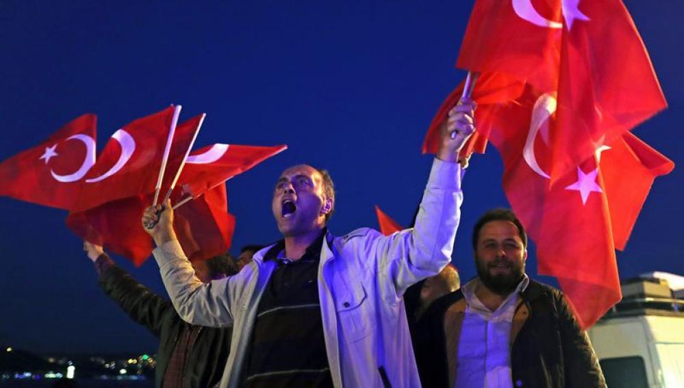 Un ciudadano turco celebra la victoria del sí