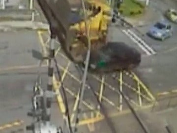 Un tren impactando contra un vehículo