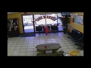 Frame 15.895333 de: El milagro de una niña que sobrevive tras escapar de dos balas que pasan a centímetros de su cabeza