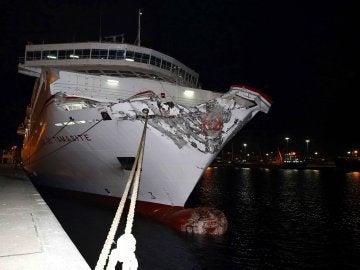 Aspecto de la proa del ferry que se estrelló de frente contra la escollera del muelle Nelson Mandela de Las Palmas de Gran Canaria