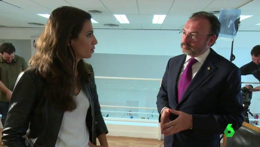 Ana Pastor y Luis Videgaray antes de comenzar la entrevista