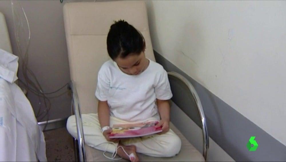 Frame 15.938694 de: Un libro y una piruleta en forma de flor, la sorpresa de la Fundación Atresmedia para sacar una sonrisa a niños hospitalizados
