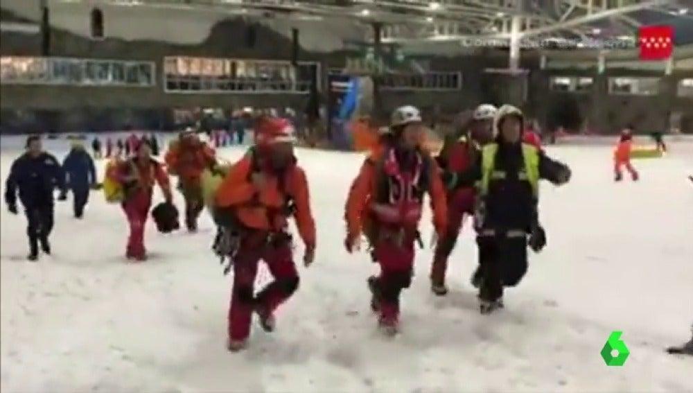 Rescate a los usuarios del telesilla de un parque de nieve en un centro comercial