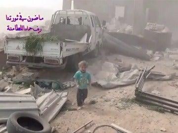 El pequeño llora mientras escapa de los escombros que han dejado el bombardeo en Siria