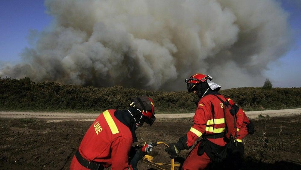 Efectivos de Bomberos durante las labores de extinción del incendio