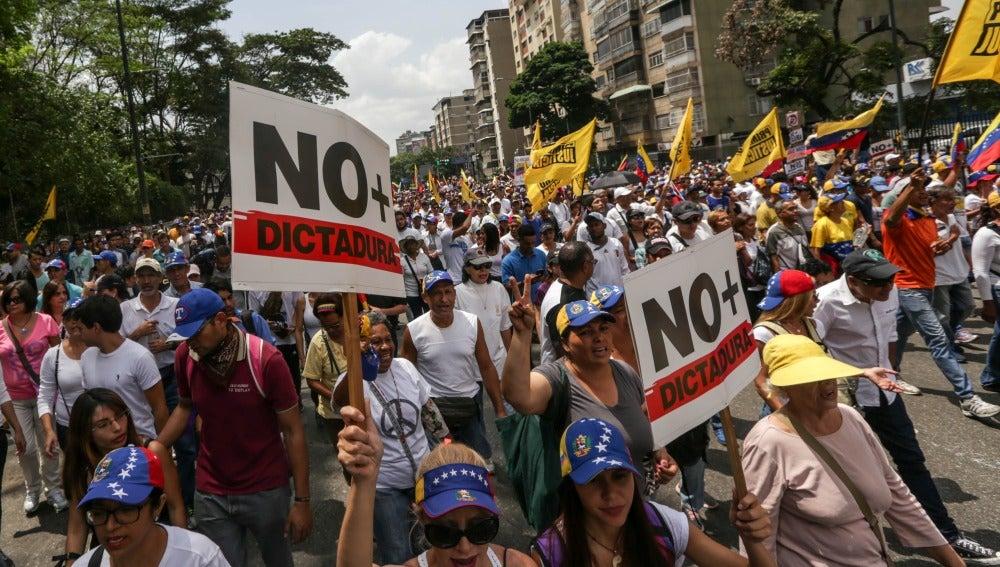 Un grupo de manifestantes marcha por la calles de Caracas