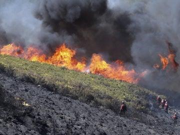 Controlan el incendio que ha arrasado 2.000 hectáreas en Ponferrada, León