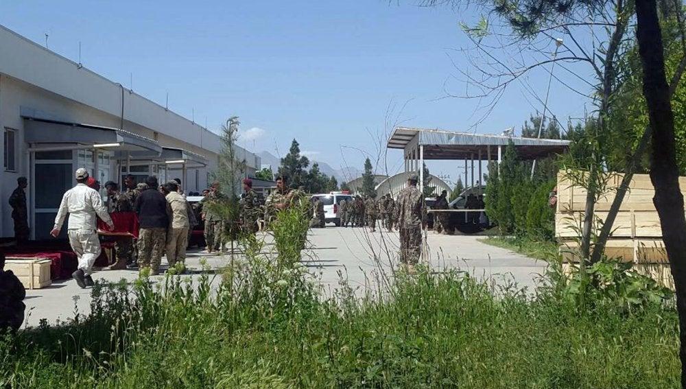 Soldados afganos portan los cuerpos de soldados en una base militar un día después de que fuera atacada por los militantes en la provincia de Balkh