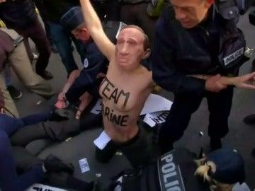 Un grupo de activistas de Femen con caretas de Putin