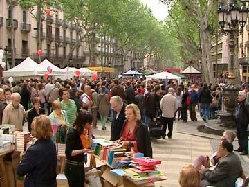 Un puesto de libros en el paseo de las Ramblas de Barcelona por Sant Jordi
