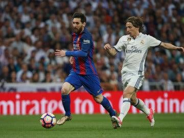 Leo Messi y Modric durante el Clásico