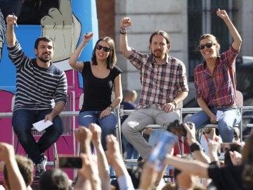 Los miembros de Podemos durante el último acto del Tramabús en la Puerta del Sol de Madrid