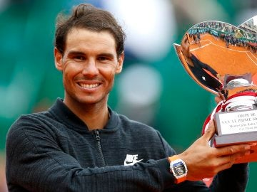 Rafa Nadal recogiendo su trofeo en Montecarlo
