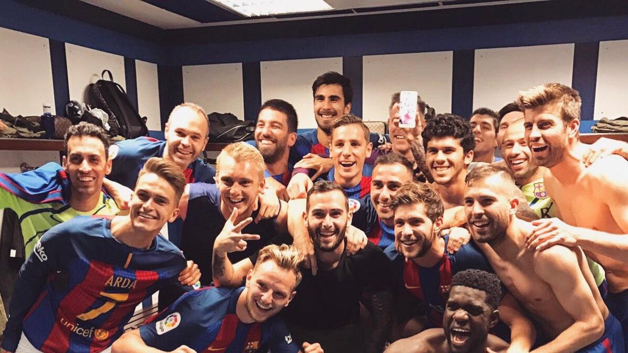 El vestuario del Barça celebra la victoria en el vestuario del Bernabéu