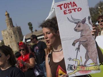 Manifestantes durante la marcha antitaurina de Sevilla