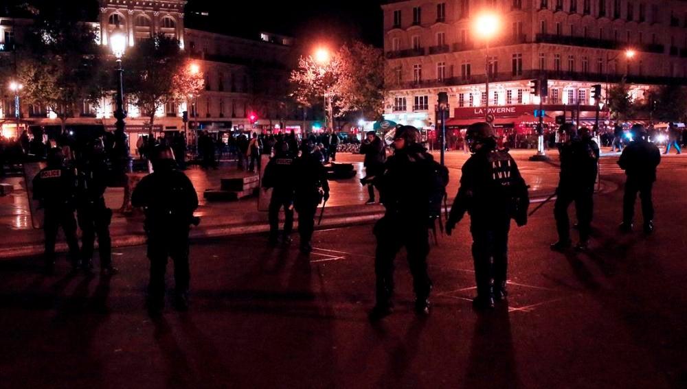 La policía antidisturbios francesa toma posiciones en la Plaza de la Republica