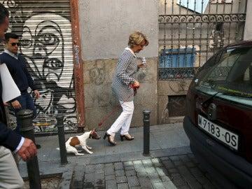Esperanza Aguirre pasea con su perra 'Pecas'