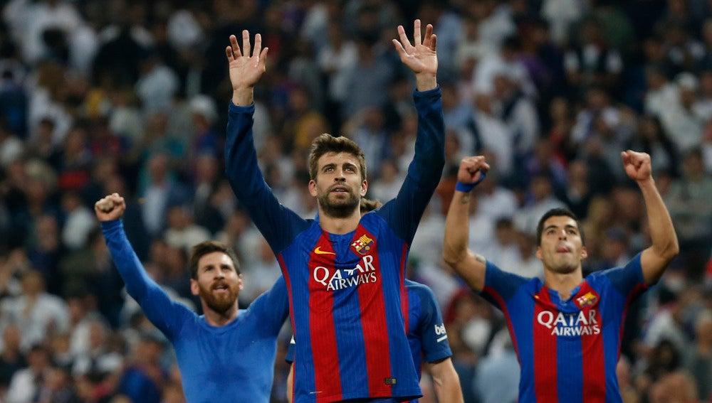 Gerard Piqué, Messi y Suárez saludan a la afición del Barcelona