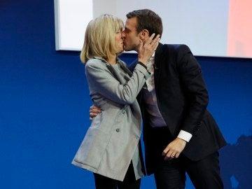 El candidato Emmanuel Macron besa a su esposa Brigitte Trogneux
