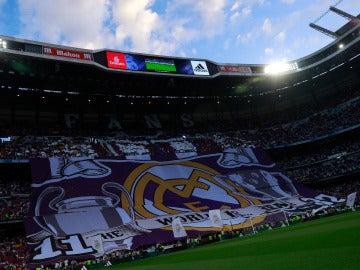 Mosaico en la grada del Bernabéu previo al duelo entre Real Madrid y Barcelona