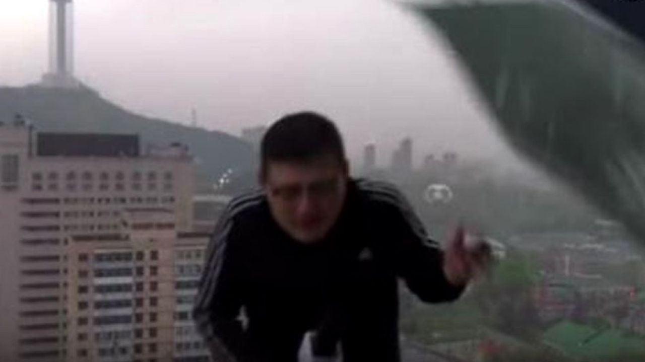 Reportero alcanzado por un rayo