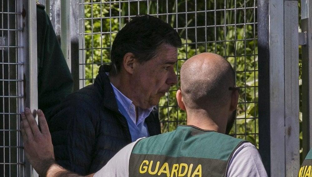 Ignacio González con un agente de la UCO