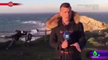 El divertido 'troleo' de dos jóvenes a un reportero fingiendo que se les lleva  el viento