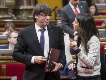 El presidente de la Generalitat de Cataluña, Carles Puigdemont, habla con la líder de Ciudadanos, Inés Arrimadas