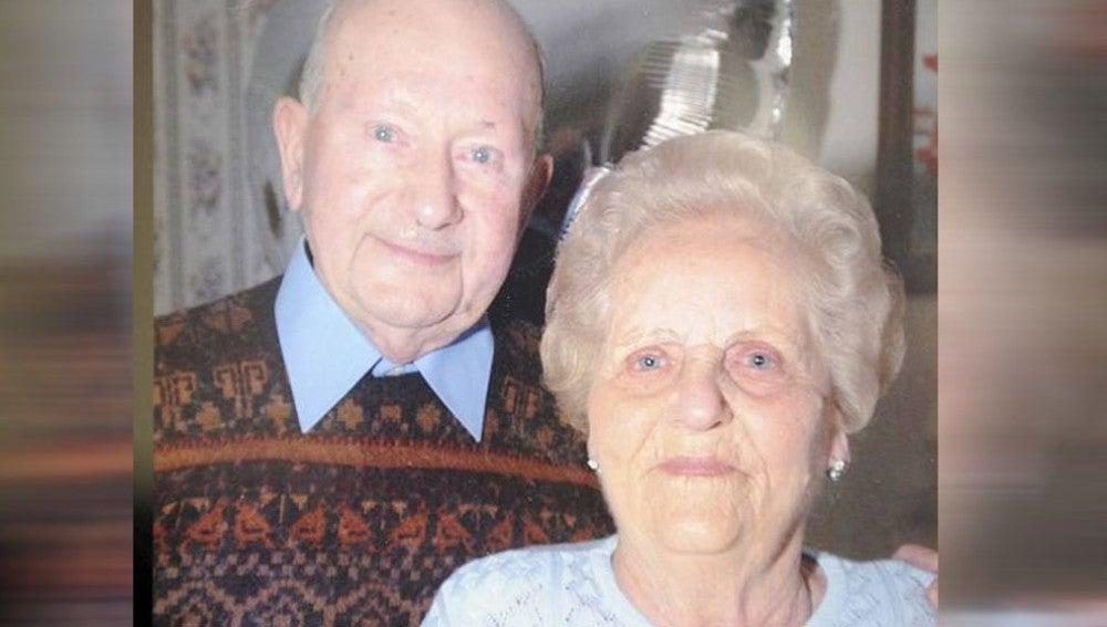 Con 96 y 97 años, Joyce y Frank posan juntos