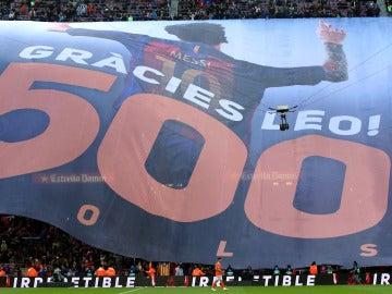 Pancarta gigante por los 500 goles de Messi en el Camp Nou