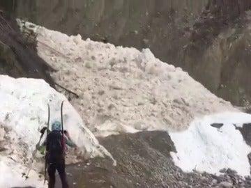 Frame 18.180253 de: Montañeros vascos logran grabar el impactante alud de nieve húmeda por las Montoñas Rocosas de Canadá