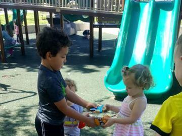 Niños jugando en el parque con los juguetes