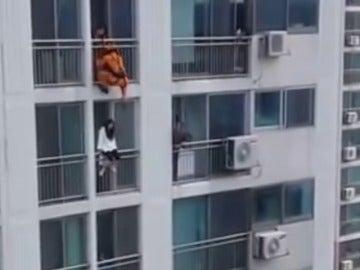Frame 61.088686 de: La sobrecogedora maniobra de un bombero para evitar un suicidio desde un séptimo piso