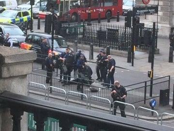 Detienen a un hombre armado cerca de Westminster