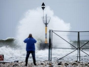 Una ola rompe en la playa de la Misericordia por el mal temporal, en Málaga.