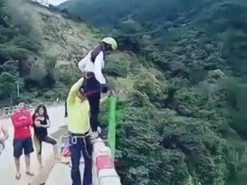 Frame 9.438429 de: El impactante accidente de una mujer que cae al río mientras realizaba puenting