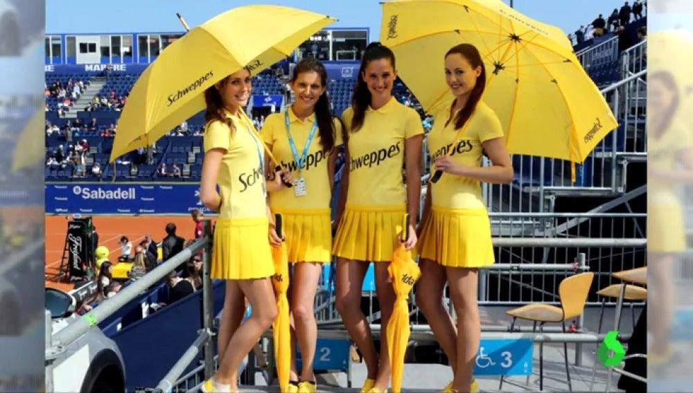 24f5217cd Obligadas a estar en minifalda y manga corta frente al frío: la denuncia de  las azafastas del torneo Conde de Godó contra el sexismo