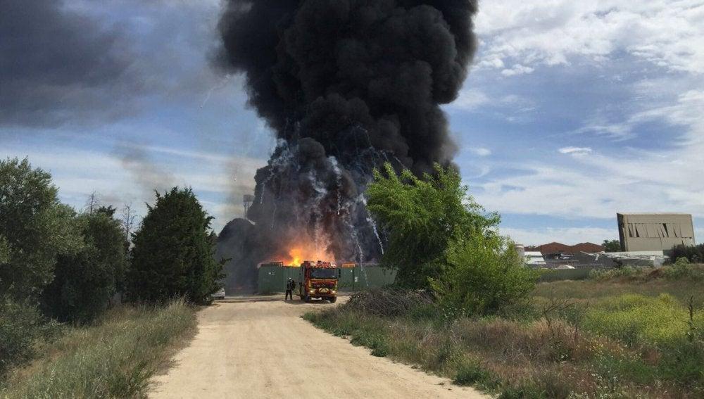 Columna de humo tras las explosiones en Arganda del Rey (Madrid)