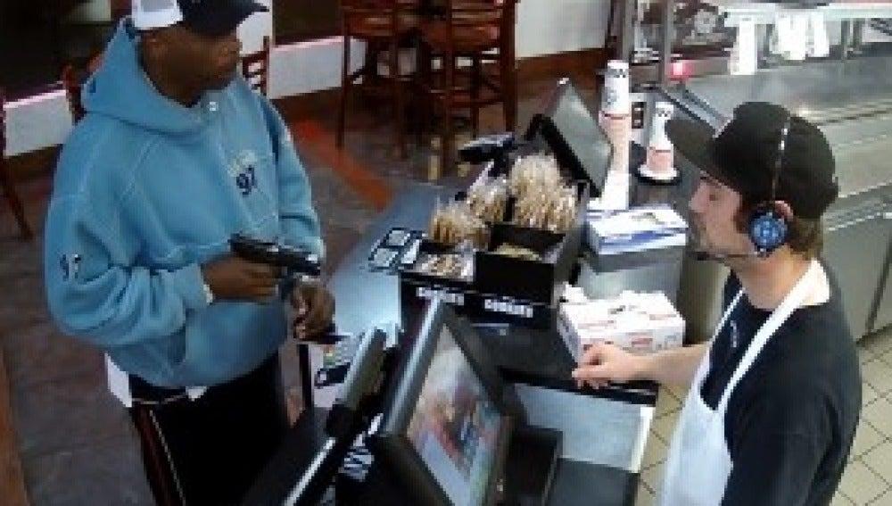 Esta es la calmada reacción de un camarero al ser atracado a punta de pistola