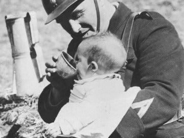 Un bebé refugiado español de la Guerra Civil, con un soldado en los Pirineos