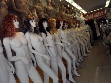 Frame 24.333871 de: Confirmado: la mayoría de maniquíes femeninos reflejan cuerpos desnutridos