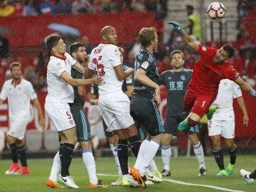 Momento de un córner durante el Sevilla - Real Sociedad