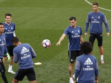 Pepe bromea en el entrenamiento en Valdebebas