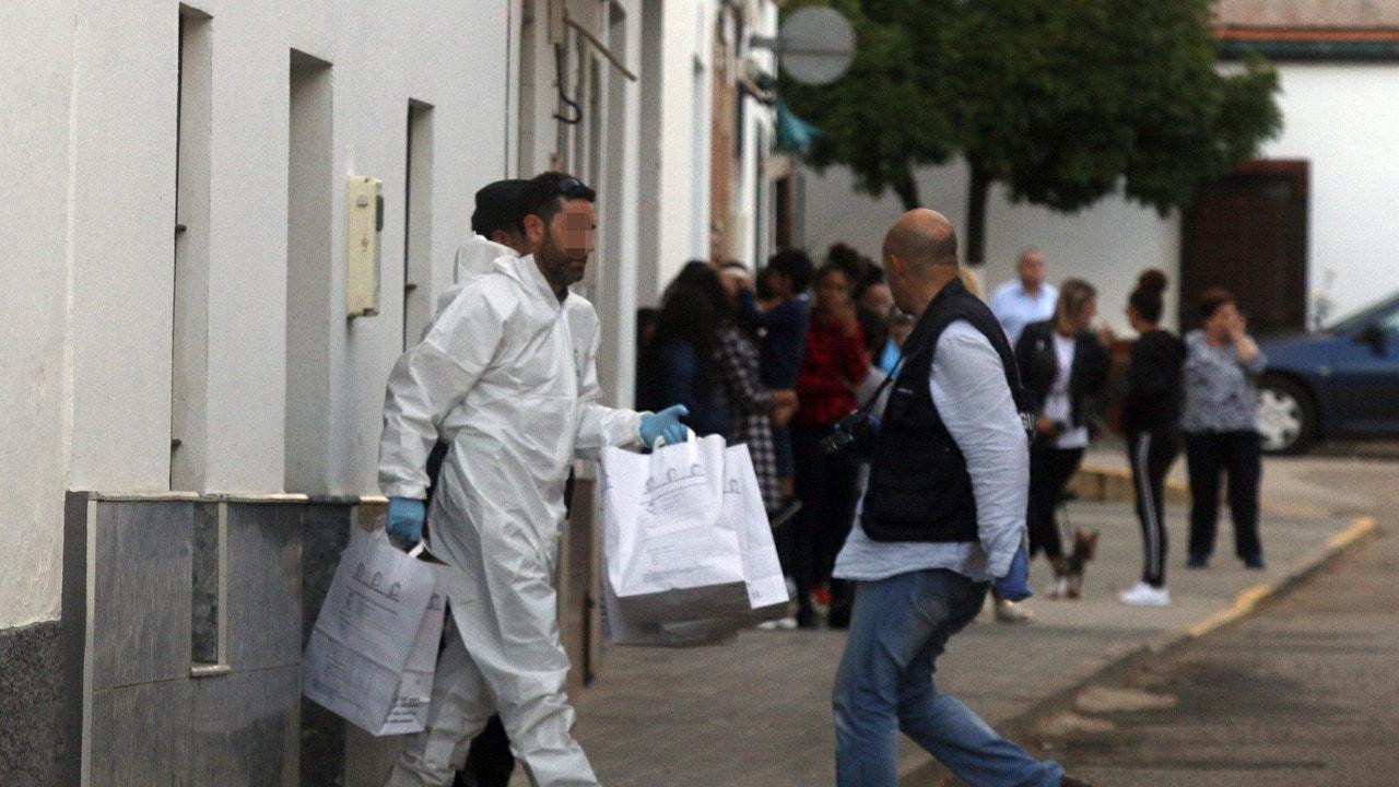 Miembros de la Guardia Civil registraban ayer el domicilio del supuesto autor del asesinato.