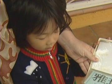 Imagen de archivo de una niña en adopción