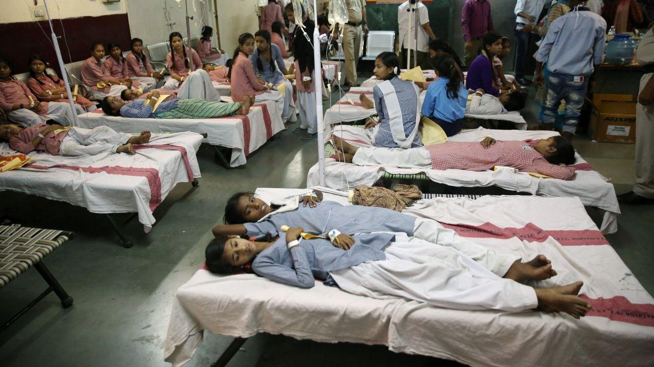 Estudiantes indias reciben un tratamiento médico en un hospital del gobierno después de una fuga de gas en el depósito de contenedores Tuglakabad en Nueva Delhi, India