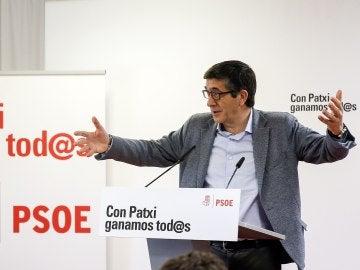 El candidato a las primarias del PSOE Patxi López en la sede del PSPV-PSOE en Valencia