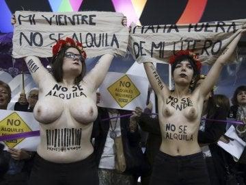 Activistas de FEMEN durante la protesta que realizaron hoy en la entrada del hotel
