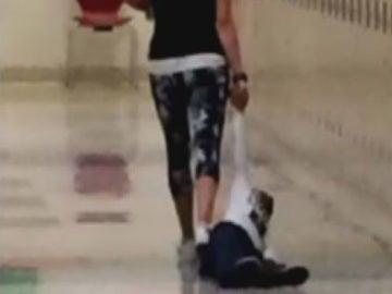 La profesora arrastrando al alumno