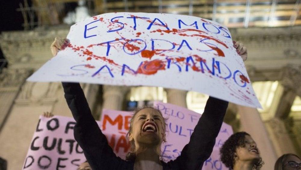 Una mujer brasileña protestaba el año pasado tras la violación colectiva a una adolescente en Río de Janeiro